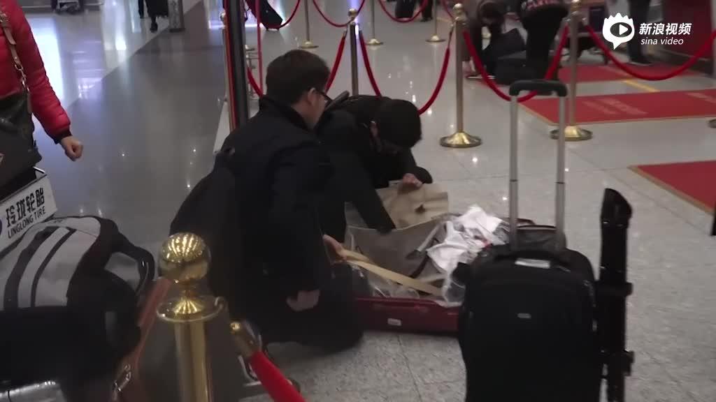视频:奶爸杜江潮男范现身机场开箱被拍对镜尬笑