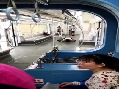 视频:重庆轻轨一女子突然抱咬男乘客 脱光衣服舔血迹