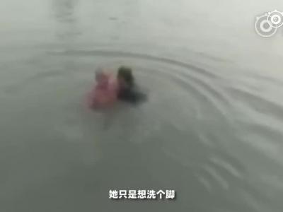 视频:大叔叼着烟下水救人 把人救上岸后烟还没灭