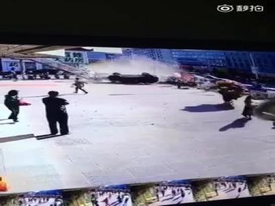 视频:因操作不当 吉林女子驾越野车冲入闹事广场