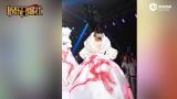视频:陈志朋盛装走秀不慎摔倒凌空甩鞋 从容化解尴尬