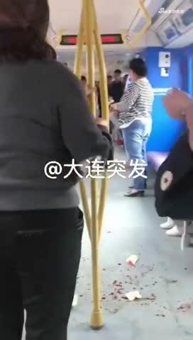 视频:男子地铁上给人让座 被媳妇和岳父打出血