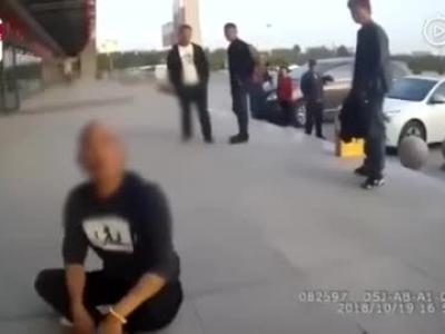 視頻:網紅男主播酒后腳踹警車辱罵民警 還揚言要炸汽車站被刑拘