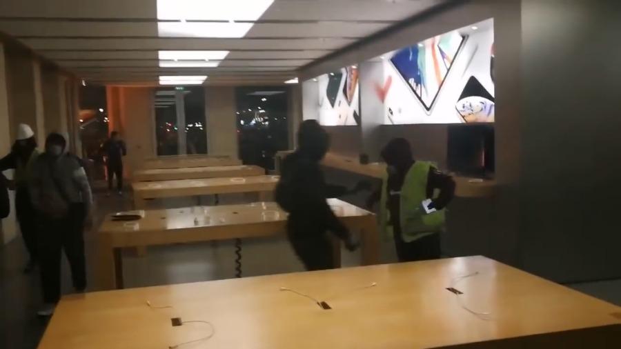 """视频-苹果一法国零售店在骚乱中被""""打砸抢"""" 手机"""