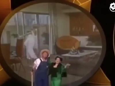特朗普发推炫政绩 还发本身演唱《绿色的野外》视频