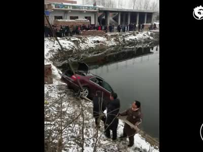 小伙开奔驰串亲戚 路遇小车拐弯时避让不及冲入水塘