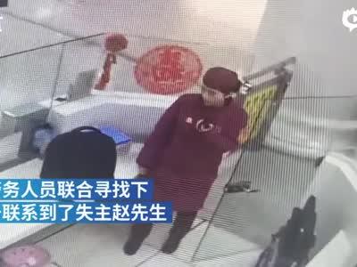 男子武汉地铁上掉万元被找回 拿出一沓钱感谢被婉拒