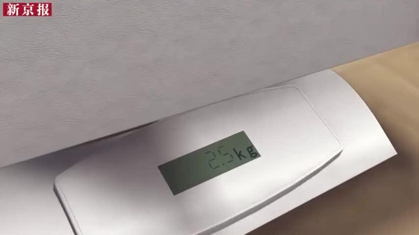 视频-男子买一箱12斤枇杷5斤是浸水纸板 商家: