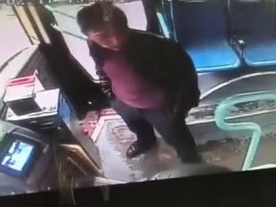 男子公交车上辱骂公交司机被后排乘客一脚踹飞,你怎么看?