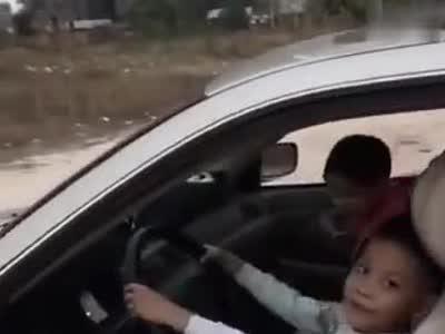 视频:教8岁孙子学开车 爷爷驾证被吊销