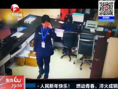 《夜线60分》四川:最敬业女警员  抹完泪立即微笑工作