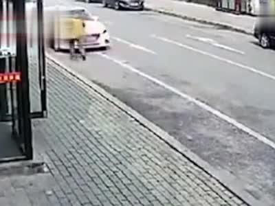 大爷上演百米冲刺碰瓷 女司机被吓懵:眼看他冲过来