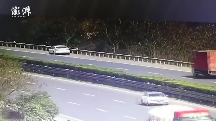视频:轿车爆胎停高速硬路肩 司机坚持让入睡女儿撤