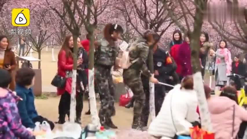 """视频-游客为拍靓照猛摇梅花树 制造""""花雨""""景色"""