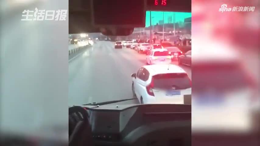 视频-男子高峰路段疯狂别车5分钟 蛇形走位做不雅