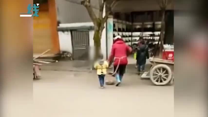 视频-环卫工用绳子栓住孙子一起打扫卫生 怕孩子走