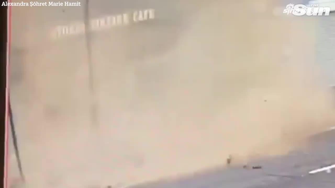 视频:幸运!男子路过咖啡馆几秒钟后 大堆砖块从天