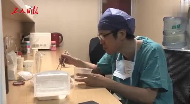 """视频:人大休息日 他""""顺手""""换了两个肺"""