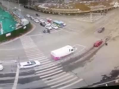 新郑电动车和汽车发生碰撞 电动车闯红灯负全责