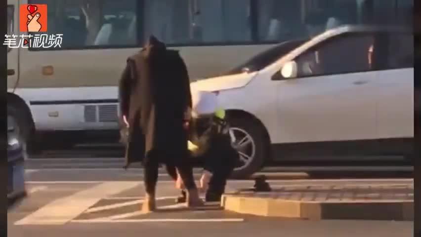 视频-孕妈弯不下腰 交警主动弯腰为孕妇系鞋带