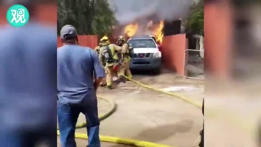 视频:消防员都拦不住!男子冲进火场救出自家狗子