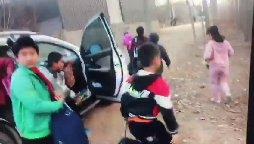 视频-SUV车塞12个孩子 假校车司机无证驾驶被