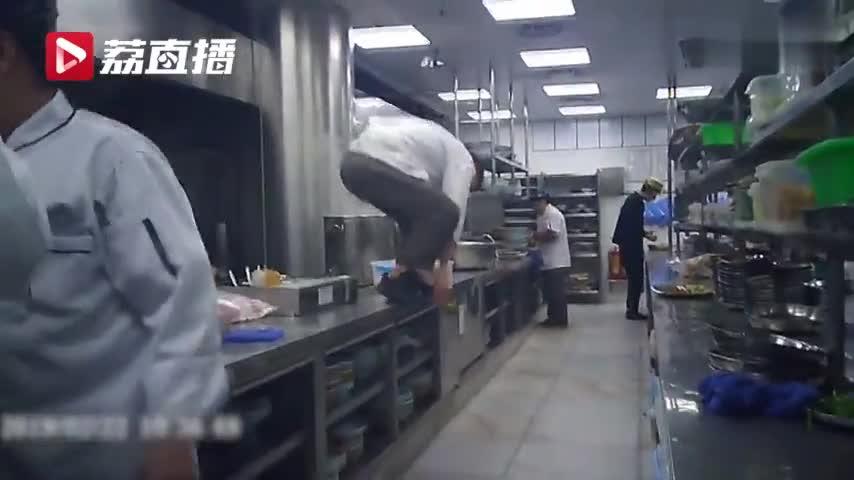 视频-触目惊心!卧底调查外婆家:厨师每天踩着案板