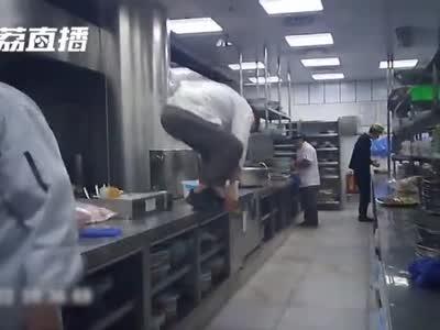 视频-触目惊心!卧底调查外婆家:厨师每天踩着案板走 蔬菜不洗就下锅