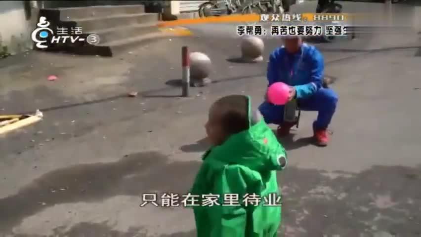 视频-大雨街头单亲爸爸抱着3岁女儿送外卖!他说孩
