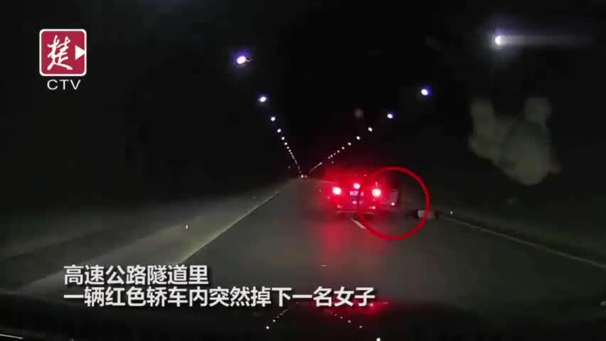 视频:高速公路上夫妻吵架 妻子情绪激动开门跳车
