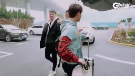 视频:《青春的花路》王思聪送尤长靖热狗