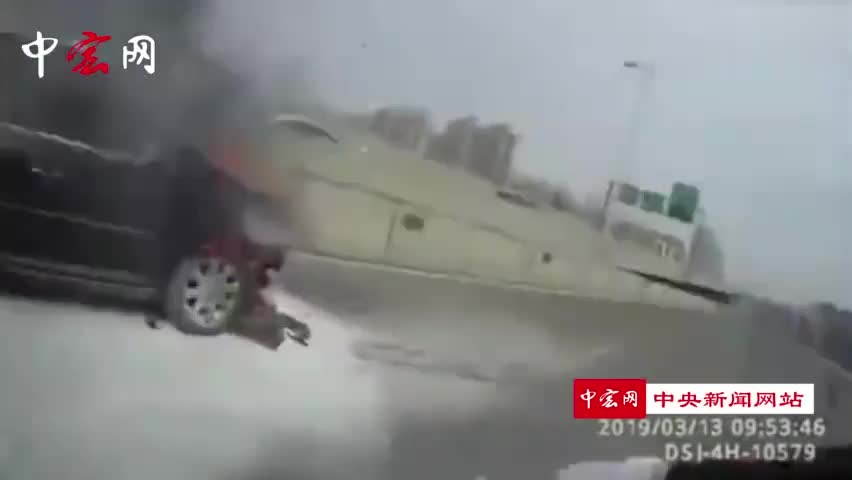 视频-交警奋不顾身救火 过路洒水车变身消防车