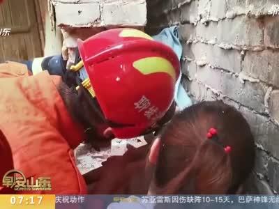 《早安山东》聊城:5岁男孩被卡墙缝中  家长心急如焚