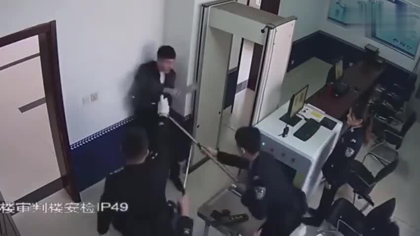"""视频-男子携菜刀出庭被法警用""""电叉""""控制:一旁女"""