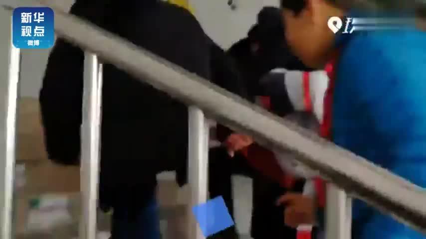 视频:从一楼到三楼48层台阶 小学生照顾肌无力同