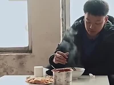 变形计:山东大哥真仗义,请落魄富二代吃法,还想把他送回北京_1553047137006.mp4