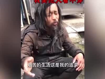 """""""流浪大师""""走红网络:曾为公务员 流浪后拒绝救助"""