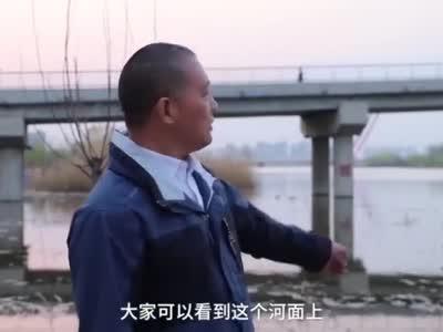 悲!男生被批评跳河,书包装40斤哑铃
