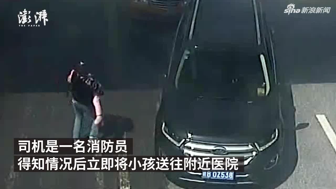 视频:女童抽搐昏迷 母亲蹲路边连拦六辆车无人停