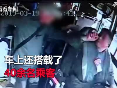 中途下车被拒  72岁老人竟把公交司机拽翻在地