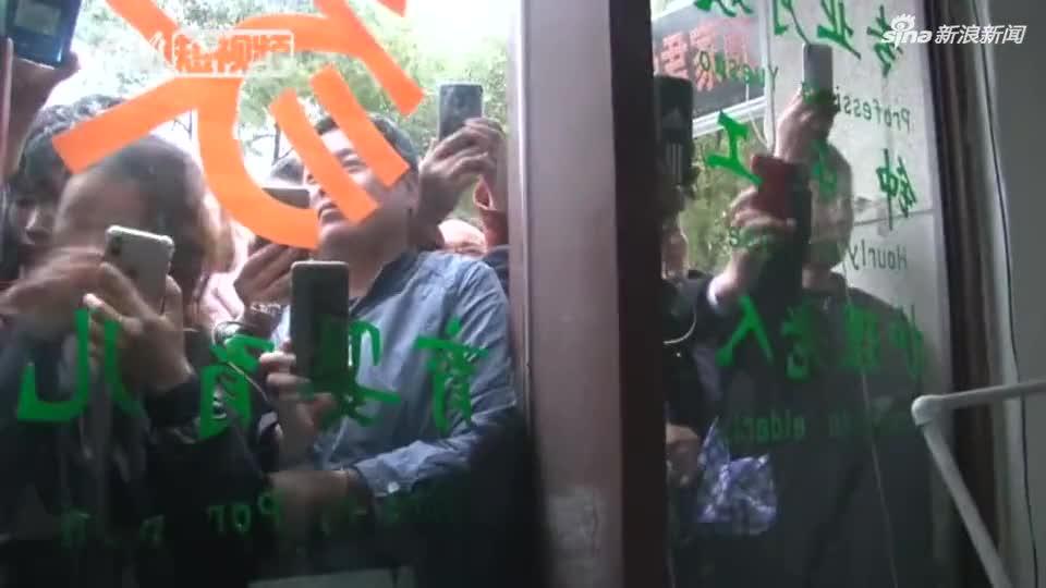 """视频:上海""""流浪大师"""":没想到自己会走红 否认炒"""