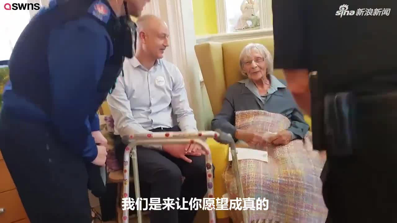 视频-英国警察帮104岁老人实现一个愿望:将她逮