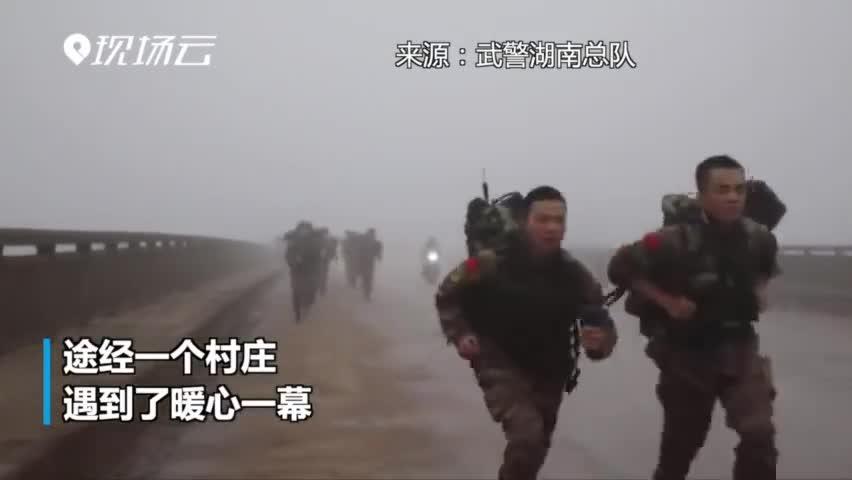 视频-训练途中遇一排萌娃敬礼 武警特战队员:感觉