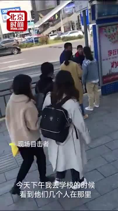 视频|两男子捡手机向失主女孩要200块:不给钱我