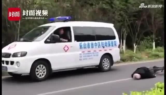 视频:老人摔倒救护车没施救?120急救车及时赶到