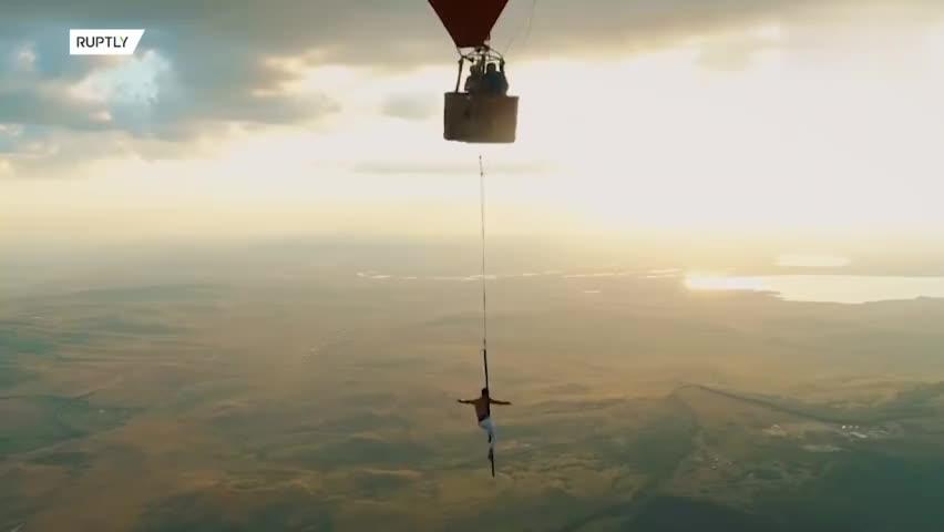 视频-无任何保护!俄罗斯小哥在百米高空翻滚倒挂