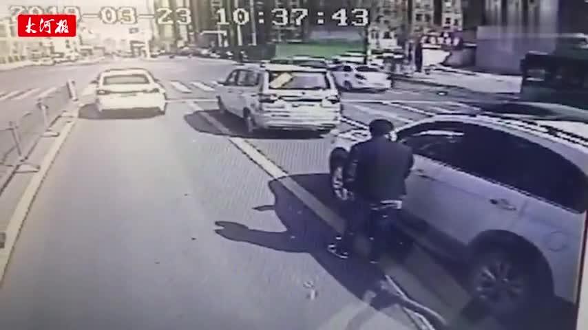 视频-私家车司机乱扔橘子皮 遭公交车长训斥:还给