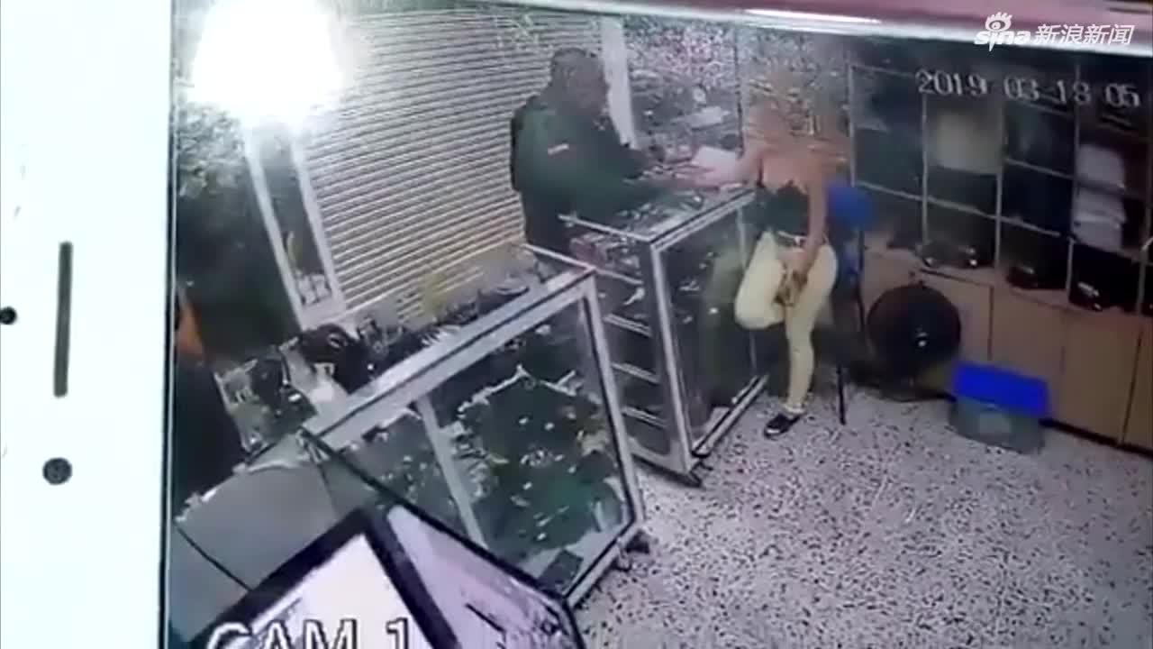 现场视频:哥伦比亚一警察执勤时与前女友发生争执