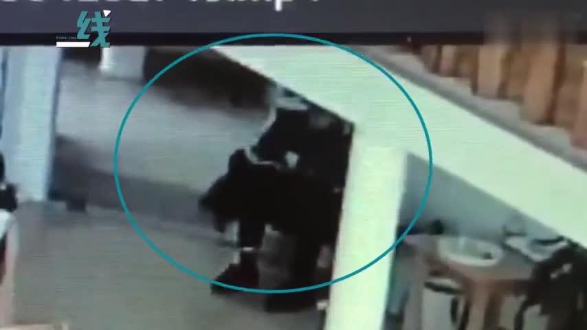 视频|老师将2岁娃摁腿上倒吊45分钟 园方:是在