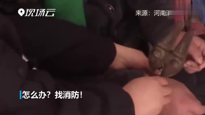 """视频:手铐失灵""""咬住""""嫌疑人不松口 民警求助消防"""